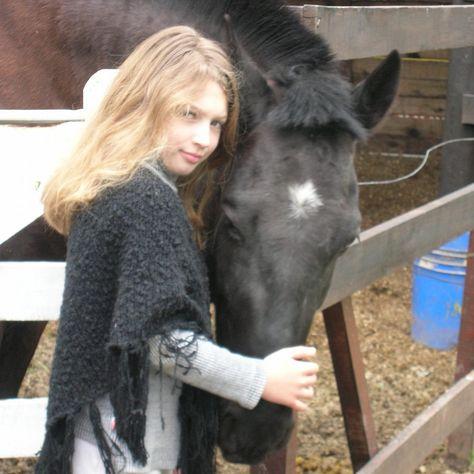 ❤ Esta foto tiene 10 años. Es mi hija mayor. Le enseñé desde pequeña a montar. Jamás olvidó como hacerlo porque la vida se ve distinta a caballo.