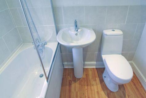 Si eres de las que gustan de limpiar su casa con productos naturales, debes conocer las bondades del agua oxigenada, también llamada peróxido de hidrógeno. Los usos del agua oxigenada en el hogar son múltiples y te pueden traer grandes beneficios. El agua oxigenada que conoces usualmente