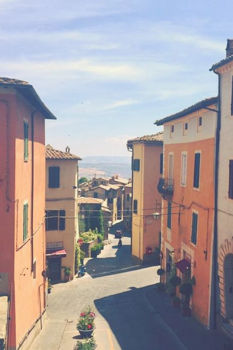 Who's dreaming of spending their afternoons in Tuscany! These beautiful streets are now quiet in August while everyone escapes to the beach - making it perfect to visit! #iliveitaly #Tuscany #Italy