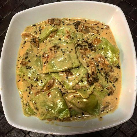 Ravioles en salsa de queso azul, cabra y parmesano, con hongos silvestres