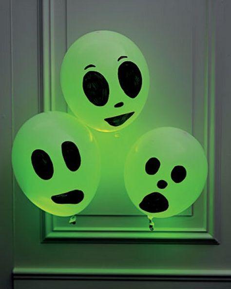 Deco halloween facile à faire par les enfants : ballons + feutres + tubes fluorescents