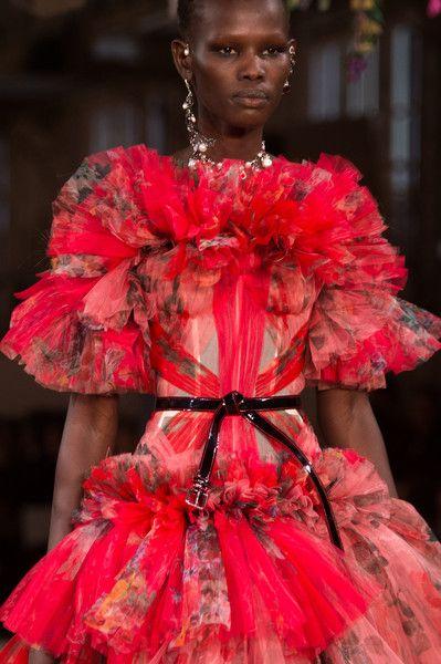 Alexander McQueen at Paris Fashion Week Spring 2018 - The Most Mesmerizing Runway Details at Paris Fashion Week - Photos