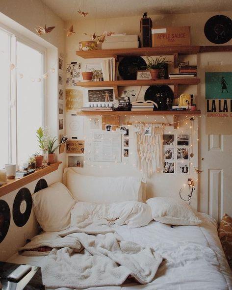Bohème chic déco, aménagement chambre 10m2 style vintage, amenagement petite chambre, confortable lit et meubles, étagères bois