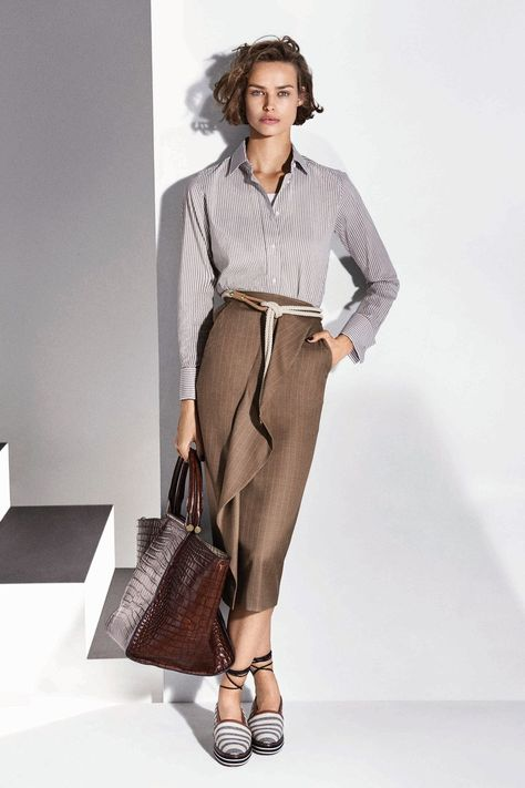 Max Mara Resort 2018 collection, runway looks, beauty, models, and reviews.