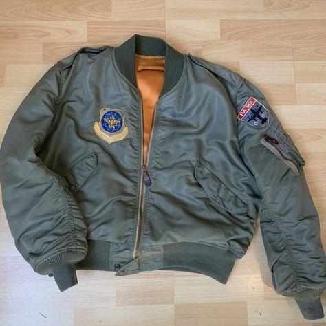 Pilot Jacket gedateerd 1961 geproduceerd door skyline Clothing. Zeer goede staat. Functionele sluiting. De metingen zijn zichtbaar in de laatste afbeelding. (De borst breedte is minstens 66 cm en strekt zich uit tot 70. Zachte stoffen/25 1/2 oksel aan oksel aan 27,5. Niet gemakkelijk te wijten aan