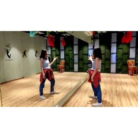 Slow it down... That's how our weekends should be. . . Not a very clear video but I loved doing this routine. . . . . Song: Sauda kharab khara - Good News Movie . . #saudakharakhara #goodnews #sundayfunday #weekendvibes #weekendmood #energy #selfcare #dancefitness #danceclass #mumbaidancers #danceforlife #bollywooddance #bollywoodlovers #funtime