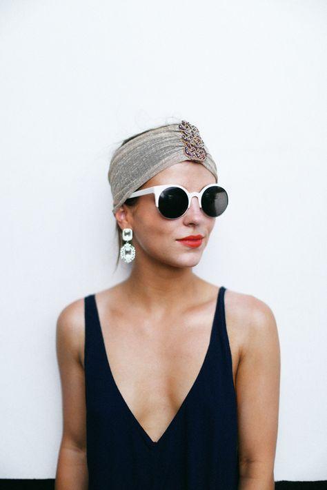 Lunettes de soleil fashion - rouge à lèvres et turban. Le bon look estival