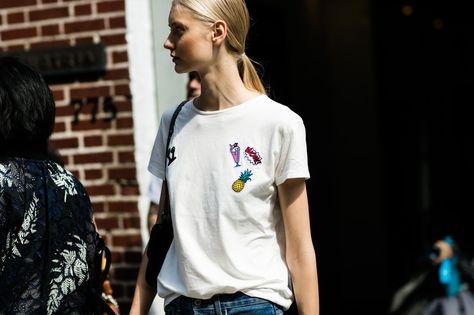 Street style à la Fashion Week printemps-été 2017 de New York t-shirt blanc…