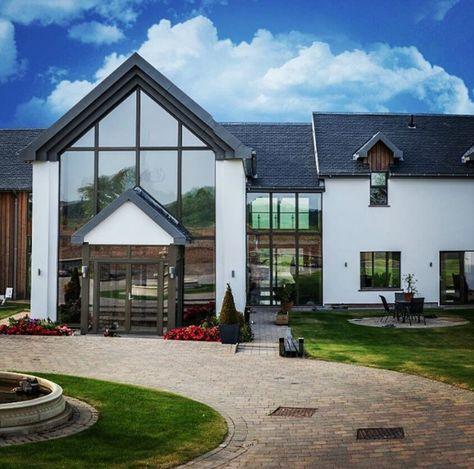 Belle maison avec toit en ardoise naturelle parfaitement intégrée