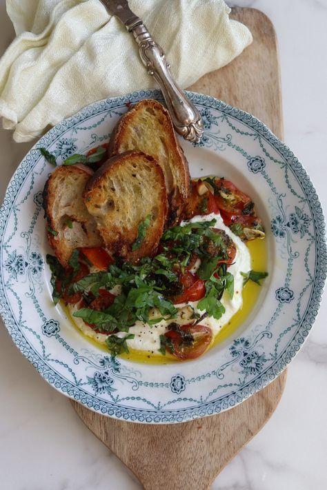 fetaost olivolja vatten körsbärstomater färsk basilika färsk persilja vitlöksklyftor salt svartpeppar en limpa bröd