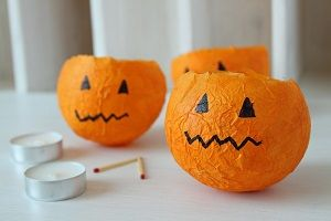 Halloween is not far away anymore and instead of putting pumpkins in the front yard, I made some for the living room. Say hello to my DiY pumpkin lanterns!
