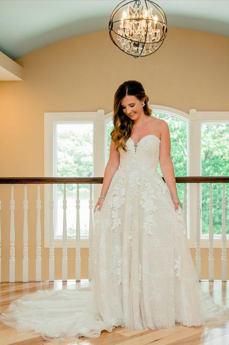 Pretty bride photo idea for your wedding day | Photo: Enchanted Celebrations | NJ wedding venue: Rock Island Lake Club