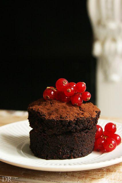 Ik maak nooit meer andere chocolade brownie / taart / cake. Wat is dit gruwelijk lekker. Ik heb de hazelnootpasta en vruchtjes nog niet eens geprobeerd. Dit recept is makkelijk, veganistisch en snel te bereiden. En als je er (niet-veganistische) stukjes marshmallow doorheen doet, wordt hij NOG lekkerder.