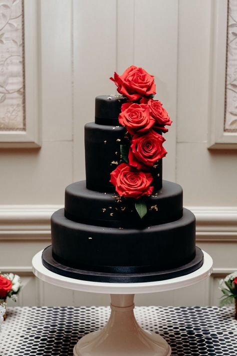 big wedding cakes A black wedding cake with red fondant roses and gold leaf at a wedding reception at Salamander Resort and Spa in Middleburg, Virginia. Gothic Wedding Cake, Black Wedding Cakes, Black Weddings, Skull Wedding Cakes, Medieval Wedding, Fondant Rose, Fondant Baby, Fondant Flowers, Fondant Cakes
