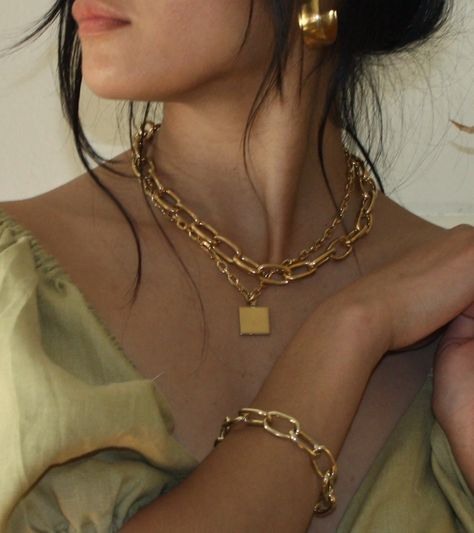 The Thick Chain Necklace Is Quickly Replacing Your Usually Dainty Jewelry
