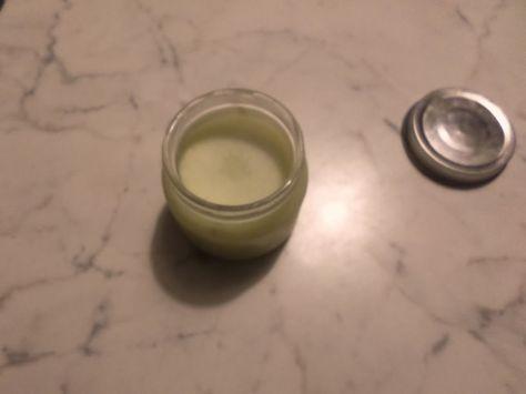 INGREDIENTI: – 20 gr oleolito di alloro, qui trovi come fare gli oleoliti:http://www.naturalmentestefy.it/2011/08/20/come-fare-gli-oleoliti-ottima-base-per-le-vostre-strepitose-creme/ -20 gr burro di cacao – 5 gocce di olio essenziale di menta Procedimento In un vasetto di omogeneizzato ben lavato mettere l'oleolito di alloro e il burro di cacao, adagiare il vasetto in un pentolino e aggiungere nel pentolino non nel