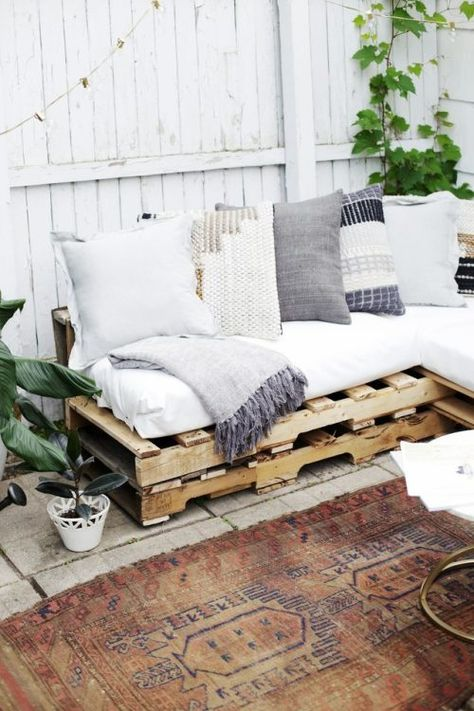 diy wood pallet couch on patio with vintage rug. diy wood pallet couch on patio with vintage rug. Pallet Furniture Outdoor Couch, Wood Pallet Couch, Pallet Furniture Designs, Diy Furniture Easy, Dream Furniture, Couch Furniture, Furniture Projects, Furniture Decor, Rustic Furniture