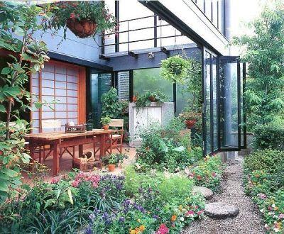 雨が降っても家の中でバーベキュー アウトドアライフを楽しむ明るい