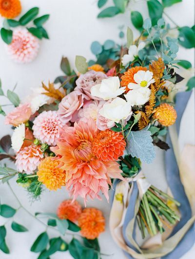Calling all Gilmore Girls fans! Because I will assume you are a lover of fall in New England. This autumnal wedding inspiration puts a soft, whimsical spin on a color palette of burnt orange and light grey. And a bridal bouquet that just may make your hea