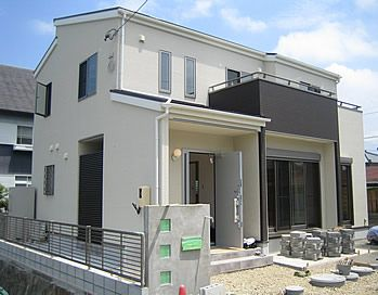 白とグレーで統一された外壁に 片流れの屋根がモダンな印象のm邸