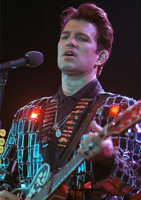UNSPECIFIED - JANUARY 01: Photo of Chris ISAAK (Photo by Ian Dickson/Redferns)