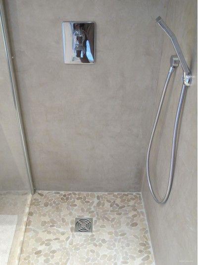 Coin douche à l'italienne avec un sol et béton ciré