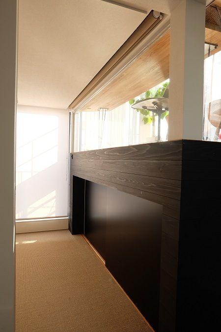 ロールスクリーンの天井埋め込み 開いたところ リビング インテリア ロールカーテン 店舗デザイン