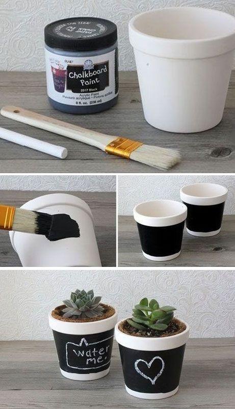 DIY geef een zelfbeschilderd bloempotje cadeau! Perfect voor de moderne (zwart/wit) kamer. Beschilder het potje met krijtbordverf en schrijf er meteen een lieve, leuke tekst op voor mama! #Moederdag