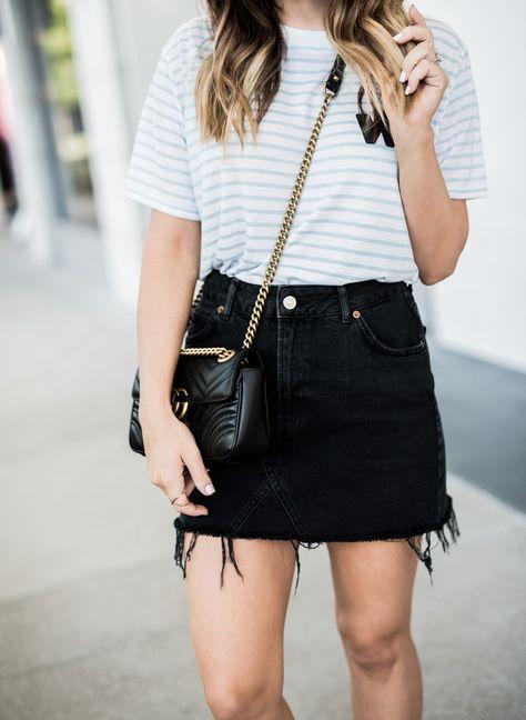 ae20a74b6 camiseta branca listrada + saia preta + Chanel  fashion   denimskirtoutifsummer