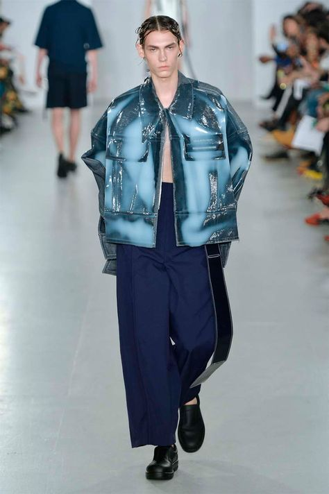 """'Oversized' and 'exposed' were the key words at Ximon Lee SS17, the latest designer to be presented by GQ China at LCM. Regarding each collection as a """"study,"""" Lee's 'HARD' collection explored how bodies can be... »"""