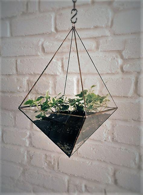 Délicat Octaèdre translucide à suspendre, conçu dans notre atelier entièrement à la main, il trouvera parfaitement sa place dans un intérieur