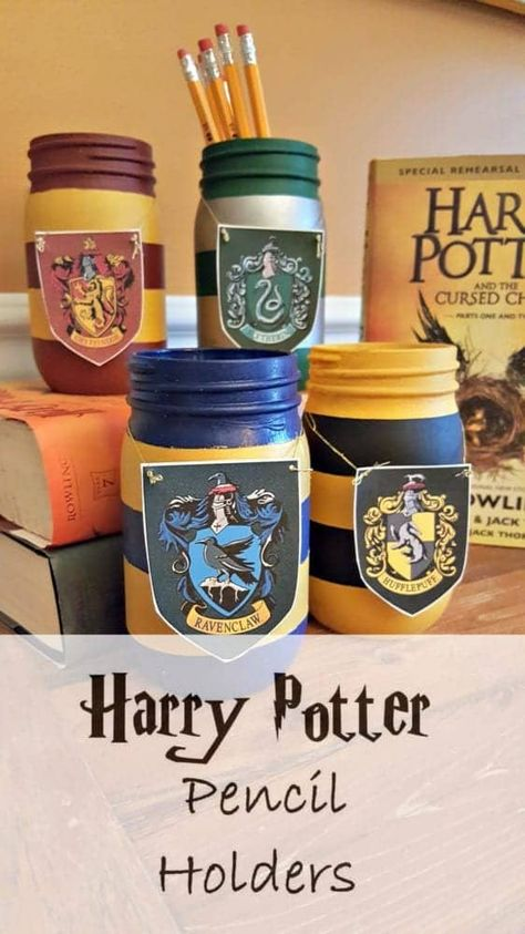 Potter Diy Crafts Harry Potter Painted Mason Jar Pencil Holders Need a great back to school craft for the kids? Mason jars, paint, and your printer is all you need to recreate these fabulous Harry Potter Pencil Holders. Party Harry Potter, Cadeau Harry Potter, Harry Potter Bricolage, Décoration Harry Potter, Harry Potter Thema, Harry Potter Classroom, Harry Potter Bedroom, Anniversaire Harry Potter, Harry Potter Birthday