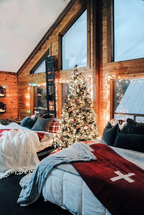 15 Stunning Cabin Christmas With Fireplace Design Ideas Cosy Christmas, Christmas Feeling, Christmas Bedroom, Merry Little Christmas, Christmas Time, Holiday Time, Cabin Christmas Decor, Exterior Christmas Lights, Christmas Lights Outside