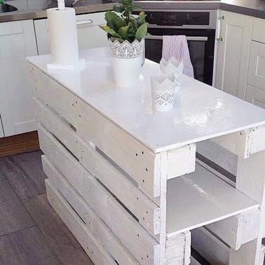 Un Ilot De Cuisine En Palette Bois Tout En Blanc Bricolagemaison Materielbricolage Bricolagefacile Bri Diy Furniture Pallet Kitchen Island Pallet Furniture