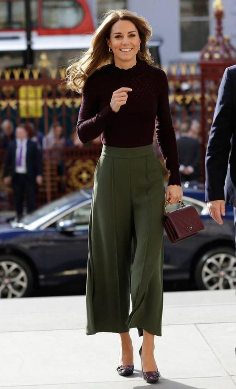 Style Fashion Tips Kate Middleton fall fashion fall style fall trends burgundy Chanel purse olive green culottes.Style Fashion Tips Kate Middleton fall fashion fall style fall trends burgundy Chanel purse olive green culottes Moda Kate Middleton, Looks Kate Middleton, Estilo Kate Middleton, Kate Middleton Outfits, Kate Middleton Fashion, Princess Kate Middleton, Casual Kate Middleton, Kate Middleton Makeup, Kate Middleton Wedding Dress