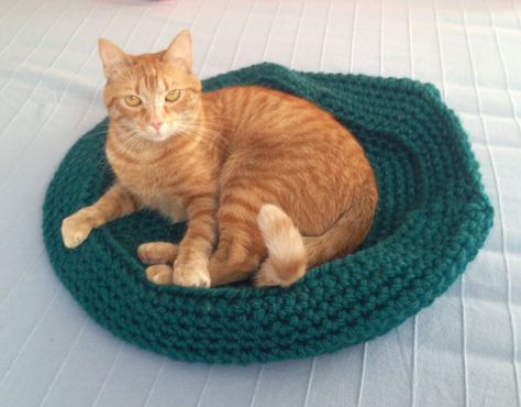 Free Crochet Cat Bed Patterns to make, cat caves, donuts, pouffes ... | 370x474