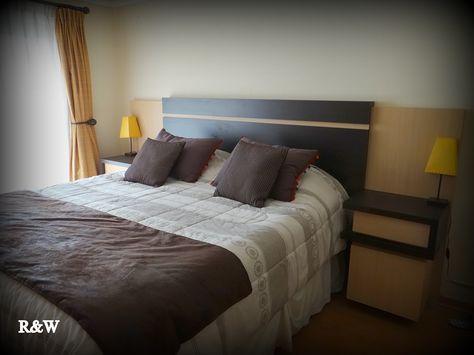 Veladores y respaldo de cama enchapado en dos tonos. Detalle de diferencias de alturas en respaldo y panel velador.