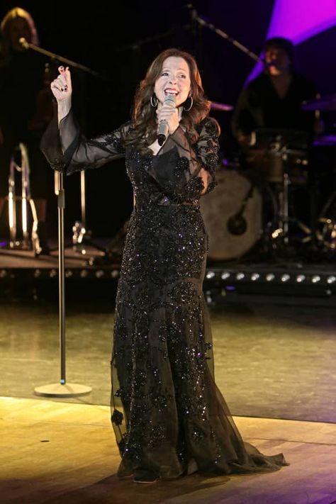 """Mit der Single """"Messer, Schere, Licht"""" hatte die hübsche Vicky Leandros in den Sechzigern ihren Durchbruch. Bis heute hat sie über 55 Millionen Tonträger verkauft und wurde dafür mit zahlreichen Preisen ausgezeichnet. Und das ist noch lange nicht das Ende, denn sie ist musikalisch immer noch sehr aktiv."""