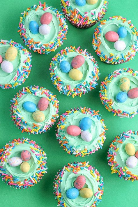 EASTER CUPCAKE IDEAS [WITH SPRINKLE TOPPERS] Here are some fun, and EASY cupcake decorating ideas. From carrot cupcakes, Easter egg cupcakes, and the trusty ruffle top sprinkle cupcakes we'll have you ready to serve gorgeous Easter cupcakes in no time! Oster Cupcakes, Egg Cupcakes, Sprinkle Cupcakes, Cupcake Cakes, Kid Cakes, Diy Cupcake, Mocha Cupcakes, Banana Cupcakes, Gourmet Cupcakes