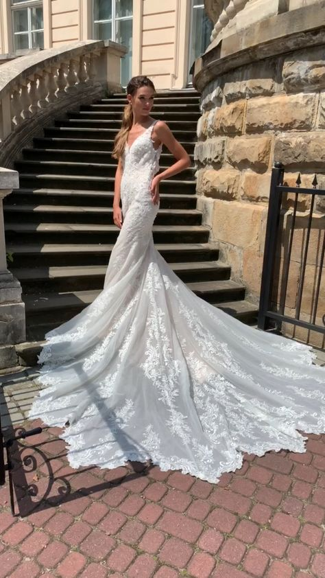 Looking for a gown that makes a dramatic entrance? Then Val Stefani Style Lisbon might just be the one for you. Decorated with shimmering sparkle tulle and re-embroidered lace appliques, this gown has an irresistable charm. This leaf shape semi-cathedral train creates the ultimate walk down the aisle, leaving you to look like the bridal queen herself. #weddingdresses #mermaidweddingdress #bridalgown #sparklyweddingdress