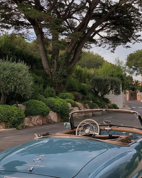 Find images and videos about girl, vintage and nature on We Heart It - the app to get lost in what you love. Cars Vintage, Photo Vintage, Retro Cars, Summer Aesthetic, Travel Aesthetic, Aesthetic Vintage, Blue Aesthetic, Motos Retro, Pinterest Instagram