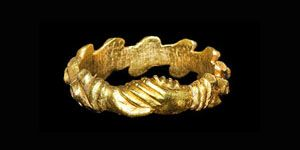 Post Medieval Silver-Gilt Decorated Clasped Hands Ring. A gold ring with the hoop formed from adjacent diagonal bars with recesses to each end and the centre; the bezel a pair of clasped hands in the mani in fede gesture of hands joined in good faith. 18th century AD