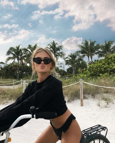 Attitude styling - Einstellungsstyling - The Effective Pictures We Offer You About Beach Vacation photos A quality picture can tell you ma Summer Pictures, Beach Pictures, Photo Adolescent, Story Instagram, Insta Photo Ideas, Summer Aesthetic, Beach Bum, Summer Beach, Miami Beach