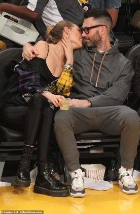 Adam Levine Behati Prinsloo Share A Kiss At La Lakers Game