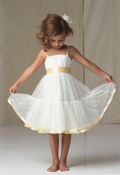 Vestido para pequeña damita en blanco con tirantes y lazo en saten de color amarillo pastel.