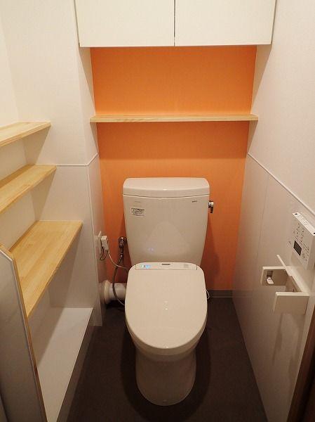 オレンジのアクセントクロスで明るいトイレになりました 明るい トイレ トイレ マンションキッチン