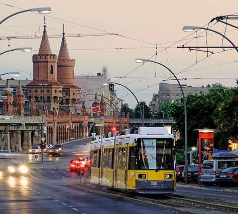 """Beschaulich liegt die Oberbaumbrücke wahrlich nicht. Eine Hauptverkehrsader in Berlin - das trifft es genauer. (""""An der Warschauer Straße von Ernst Thunert - Berlin"""")"""