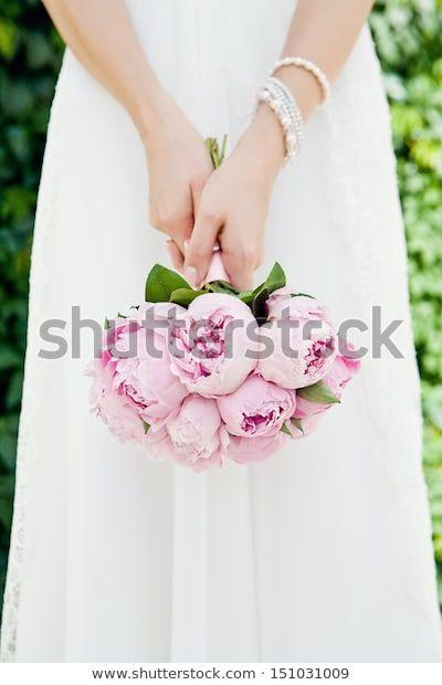 Shutterstockのコレクションには 花嫁の手に美しい結婚式のブーケ のhd画像素材のほか数百万点に及ぶロイヤリティフリーの写真 イラスト ベクター画像素材がそろっています 数千点の新しい高品質写真素材が毎日追加されます 花嫁 結婚 式 の ブーケ