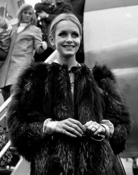 LADIES IN CHIC OUTERWEAR, Twiggy, 1967