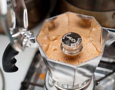 طريقة تحضير قهوة لافازا في المنزل بدون ماكينة صنع القهوه مجلة رقيقة Stove Top Espresso Kitchen Appliances Stove